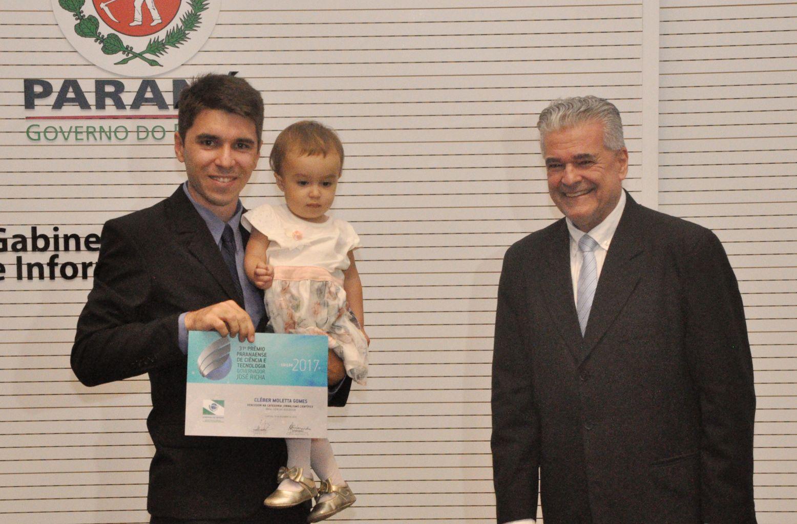 Egresso da Unicentro é premiado pela Seti por reportagem sobre projeto desenvolvido por professor da Universidade